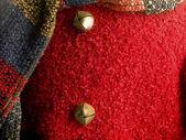 Bliska strzał czerwony sweter z metalowy przycisk — Zdjęcie stockowe