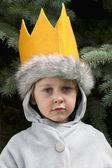 Ragazzo innocente in abbigliamento invernale indossa una corona — Foto Stock