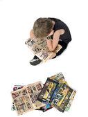 漫画本を読んで金髪の少年のトップ ビュー — ストック写真