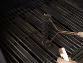 Cleaning the grill — Stock Photo