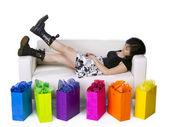 若いアジアの女性の買い物の後ソファでリラックス — ストック写真