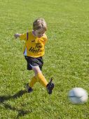 109 malý fotbalista v akci — Stock fotografie