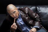 Uomo d'affari in posa con un sigaro — Foto Stock