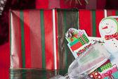 Samolepka sněhulák na vánoční dárková krabička — Stock fotografie
