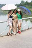 648 kamarádky s deštníky — Stock fotografie