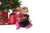 Vista de uma menina bonita, abrindo uma caixa de presente de Natal — Fotografia Stock
