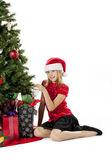 Portrét dívky dotýkají vánoční strom — Stock fotografie
