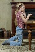Маленькая девочка, играть в шашки — Стоковое фото