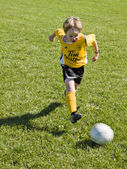 Boy playing soccer — Foto de Stock