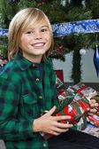 Roztomilý chlapec s jeho vánoční dárek — Stock fotografie