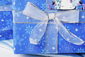 Uzel lesklé pásky na modrý vánoční dárková krabička — Stock fotografie