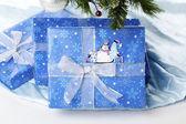 Samolepka sněhulák na modrý vánoční dárková krabička — Stock fotografie