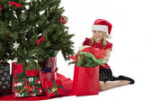 Girl opening her christmas gift — Stockfoto
