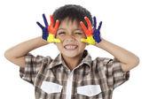 Un garçon souriant avec une main de peinture — Photo