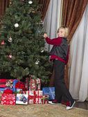 Tocar el árbol de navidad niño sonriente — Foto de Stock