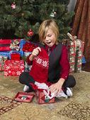 Překvapen chlapec s jeho vánoční dárek — Stock fotografie