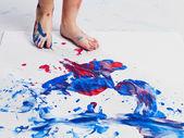 688 mänsklig fot imprinting färger på papper — Stockfoto