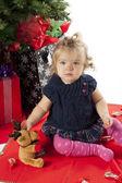 Retrato de uma menina sentada com ursinho de pelúcia — Fotografia Stock