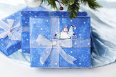Etiqueta engomada del muñeco de nieve en caja de regalo de navidad azul — Foto de Stock