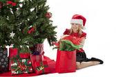 Dívka otevření její vánoční dárek — Stock fotografie