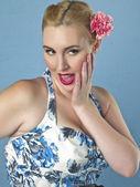 Eine blonde frau mit einer blume auf haar — Stockfoto