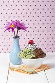 чаша с мятой и шоколадное мороженое — Стоковое фото