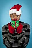 Američan afričana muž při pohledu na jeho vánoční dárek — Stock fotografie