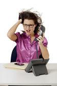 怒っているオフィス ガール電話を保持しながら叫んで — ストック写真