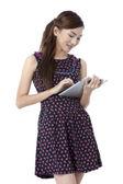 Chica atractiva sonriendo utilizando tablet — Foto de Stock