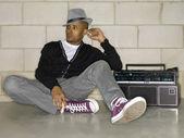 Atractivo tipo sentado en el piso con un radiocasete — Foto de Stock