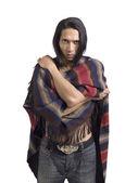 Muž, pokrývající jeho tělo s šátkem — Stock fotografie