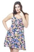 Una bella donna in abito floreale — Foto Stock