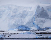 Antarctic Icebergs in the distance — Stock Photo