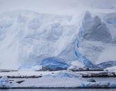 Antarctic Icebergs in the distance — Stock Photo