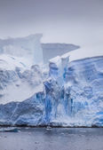 Antarctique iceberg avec fissures rougeoyants — Photo