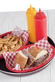 Een schotel van sandwich en frietjes — Stockfoto