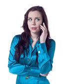 Una mujer hablando por su teléfono — Foto de Stock