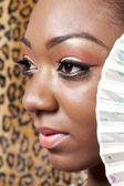 African american vrouw met een chinese ventilator — Stockfoto