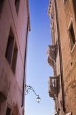 在一条狭窄的街道上的两个门面。威尼斯. — 图库照片