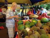 Melaka, Malaysia : Customer selecting water melon at a local fruit stall — Stock Photo
