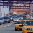Street traffic on Brooklyn Bridge — Stock Video