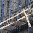 Workers on scaffolding working on facade renovation - Foto Stock