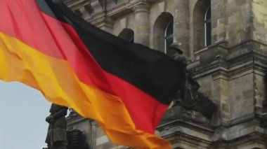 German flag waving in front of Parliament building in Berlin — Stock Video