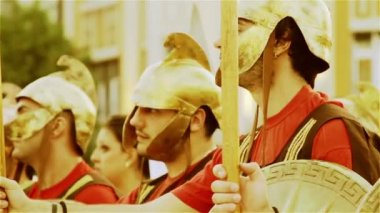 Young people dress like Alexander the Great's warriors during the 20 year anniversary celebration of the Republic of Macedonia — Vídeo de stock