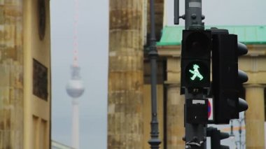 Traffic lights in front of Brandenburg gate — Stock Video