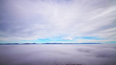 Clouds, dense layer of fog and mountain peaks — Vídeo Stock