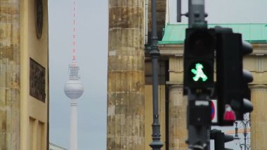 Detail of Berlin atmosphere, traffic lights in front of Brandenburg gate with TV tower in distance — Stock Video