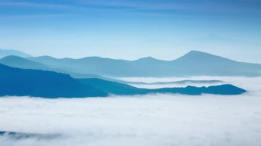 Mountain peaks and dense layer of fog — Vídeo Stock