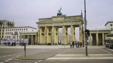 Pedestrians and street traffic in front of Brandenburg Gate — Stock Video