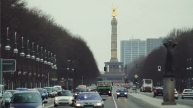 Street traffic in Berlin with the Victory Column monument in the distance — Stock Video